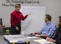 Victoria Mathews, internal sales support manager, bei einem Training über Verfahrensmittel / Bildrechte: Werksfotos Walther Trowal