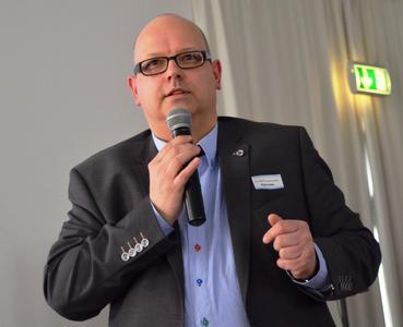 Wissen (mit-)teilen: Kommunikationsberater Achim Zielke stellte den GIN-Mitgliedern in Potsdam mehrere Verbandsprojekte vor, die geeignet sind, die Nachfrage nach Nagelplattenbindern in verschiedenen Absatzmärkten gezielt zu steigern. (Foto: Ralf Stoodt für den GIN, Ostfildern; www.nagelplatten.de)