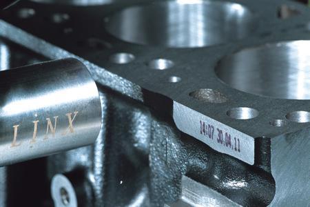 Der Linx 6900 Solver beschriftet Metall ebenso zuverlässig wie zum Beispiel Glas, Kunststoff oder beschichteten Karton.,Foto - Bluhm Systeme