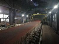 In der Sinteranlage von DK Recycling werden die eisenhaltigen Reststoffe zusammen mit dem Brennstoff auf ein Endlosband aufgegeben / Foto: DK Recycling und Roheisen GmbH