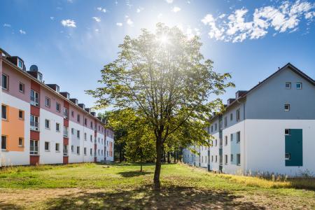 Die Häuserblocks unterscheiden sich zwar durch ihr farbiges Erscheinungsbild, bleiben aber als Ensemble erkennbar (Foto: Caparol Farben Lacke Bautenschutz/blitzwerk.de)