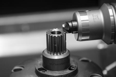 Beim Radial Gear Chamfering findet der Anfasprozess im umweltfreundlichen Trockenschnitt statt. Definierte und reproduzierbare Fasen an den Stirnkanten sind auch bei komplexen Bauteilen möglich. (Bildquelle: TEC for GEARS)