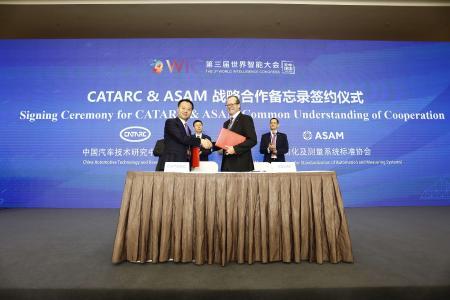 Jihu Zheng, CEO von CATARC Automotive Data Center (links) und Armin Rupalla, Vorstandsmitglied ASAM e.V. (rechts) nach der Unterzeichnung der Absichtserklärung.