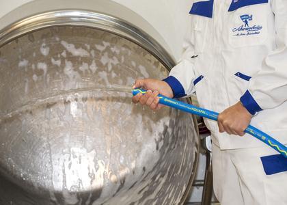 Der Aquapal von ContiTech ist als Trinkwasserschlauch zugelassen und entsprechend gekennzeichnet. Dank blauer NBR-Außenschicht mit gelber Wellenlinie und gelbem Schriftzug ist er nicht zu verwechseln (Foto: ContiTech)