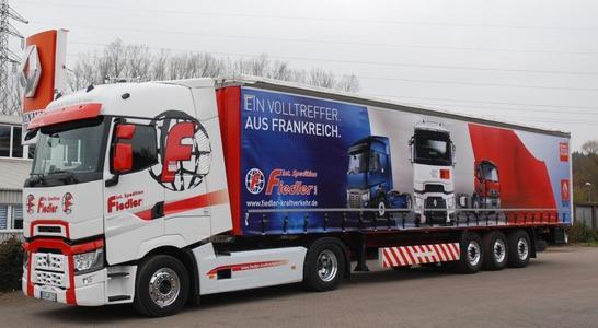 Der neue Renault Trucks T der Spedition Fiedler geht mit einem passend gestalteten Auflieger auf Tour