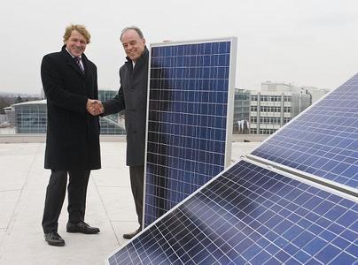 Dr. Harald Will von der strategischen Geschäftsentwicklung von Green City Energy und Peter Kössler, Werksleiter Audi AG, (Foto:  Audi AG)