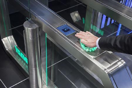 Personenvereinzelung ist mit dem Wanzl Galaxy Gate wird mit integrierter INTUS PS Handvenenerkennung schnell und effektiv