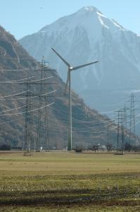 In Collonges im Wallis steht seit 2005 eine Windenergieanlage, die jährlich durchschnittlich 4.7 Mio. kWh Strom produziert, gemäss den Daten des Windatlas würde die Anlage jedoch nur 0.64 Mio. kWh, sprich 7-mal weniger produzieren
