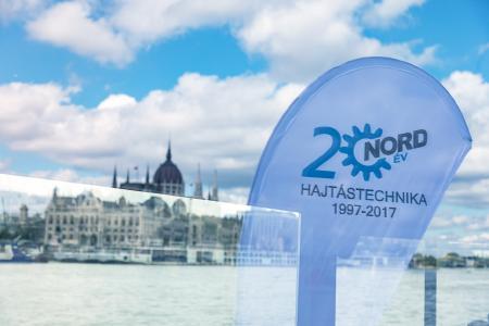 Anlässlich seines 20-jährigen Jubiläums lud NORD Ungarn Kunden und Partner zu einer Schiffstour auf der Donau ein. Im Hintergrund: Das Parlamentsgebäude in Budapest.
