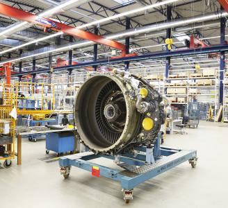 Ein CF34-10-Triebwerk im Shop der MTU Maintenance Hannover