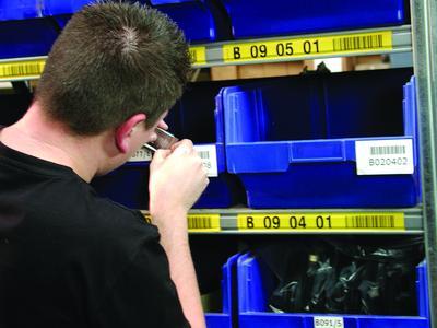 Je länger die Etiketten haften, umso schwieriger wird das Entfernen. Für das manuelle Ablösen benötigt man viel Zeit und Geduld.