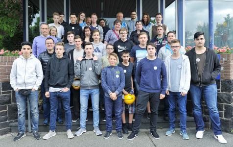 30 Schüler und Lehrer besuchten den weltgrößten Produktionsstandort für Verpackungsstahl.