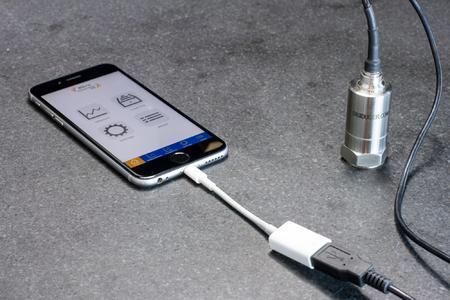 Das iPhone als Profi-Equipment zur Schwingungsmessung bis 8000 Hz: Die Verbindung der ACE App VibroChecker PRO mit dem externen Sensor Digiducer 333D01 macht's möglich (Bildnachweis: ACE Stoßdämpfer GmbH)