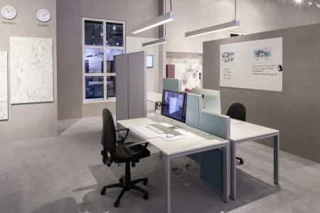 Flexibel und smart: Höhenverstellbarer Konferenztisch, mit dem Ergonomie Einzug in die Meeting-Kultur hält /  Foto: REHAU
