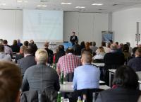 Nicolaus Müller, Geschäftsführer der MC-Bauchemie, begrüßt die zahlreichen Teilnehmer aus der DACH-Region beim ABWASSER SYMPOSIUM im Trainings- und Schulungszentrum der MC-Bauchemie in Bottrop