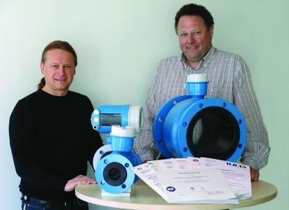 Eine saubere Sache: Thomas Sulzer (links) und Johannes Ruchel haben eine Polyurethan-Auskleidung mit Trinkwasserzulassung entwickelt