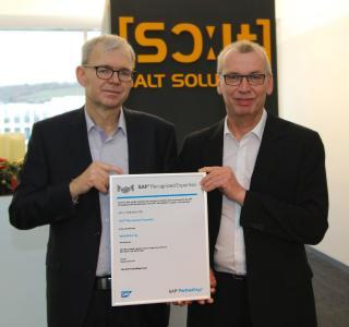 Dr. Hans Christoph Dönges (links), Vorstand, und Hans-Peter Nagel, Geschäftsbereichsleiter Produktion, freuen sich über das Zertifikat SAP Recognized Expertise Manufacturing.