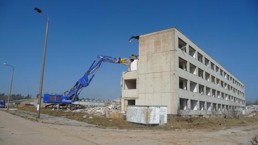 Die Abrissarbeiten auf dem ehemaligen Kasernengelände in Tautenhain haben begonnen