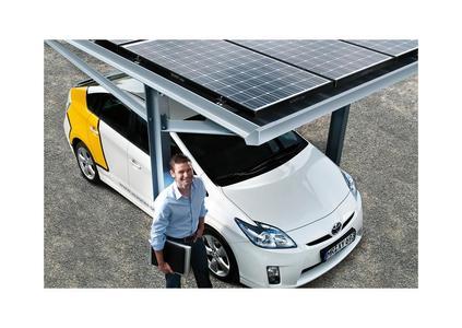 Ideale Kombination Sonnenstrom und Elektromobilität: VARIO SUNport mit dem Opel Ampera.