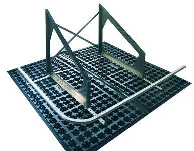 Fallnet® SB 200 Rail kombiniert das Schienensystem zur Absturzsicherung mit der Gründachgeeigneten Basisplatte zur Solaraufständerung