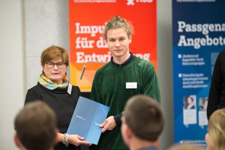 Preisträger Julius Hetzel freut sich gemeinsam mit Rektorin Prof. Dr. Karin Luckey über den HSB-Innovationspreis und den damit verbundenen Geldbetrag (Fotograf: Shuvo Sarkar, Hochschule Bremen)