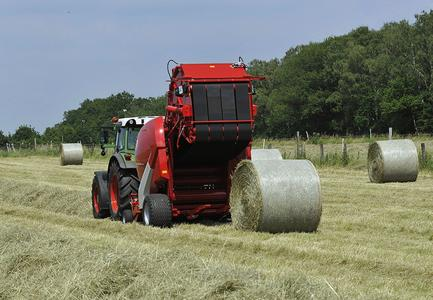 Leading international manufacturers of bale compressors with variable baling chambers use heavy-duty CONTI® round bale compressor belts for compressing round bales of straw and hay / Photo: Welger
