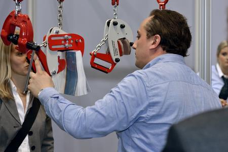 Produkterfinder Denis Brajkovic erklärt seinen Prototyp: Die neue CondorLift-Klemme hebt per Automatik nun auch verunreinigte Stahlbleche