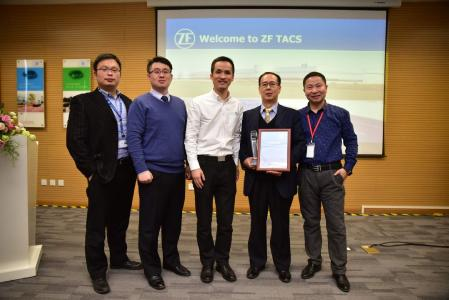 Xiao Hong, Plant Manager of ZF TACS (3rd from right) hands over the Excellent Supplier Quality Award 2018 to ARNOLD FASTENERS SHENYANG's Marketing Manager William Zhang (2nd from right) on the occasion of the Supplier Conference in Shanghai. Image: ZF TRW