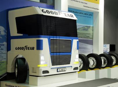 Goodyear versteigert LEGO Lkw im Maßstab 1:1 für guten Zweck