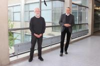 Prof. Dr. Günther Hachtel (l) feierte sein 40-jähriges Dienstjubiläum an der Hochschule Aalen. Dazu gratulierte ihm Rektor Prof. Dr. Gerhard Schneider, Fotohinweis: Hochschule Aalen | Janine Soika