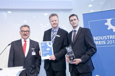 VDI-Präsident Prof. Dr.-Ing. habil. Bruno O. Braun und Gesamtsieger und Sieger Zulieferer INDUSTRIEPREIS 2012, IPmotion GmbH: Florian Kempff, Felix Kopf (v.l.n.r.)