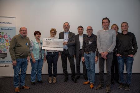 Auf dem Foto überreicht Dieter Leinen Vorstand eurodata AG (4.v. links) den Scheck an Gabriele Strobel (3. V. links) vom Orga-Team des Solilaufs St. Ingbert