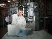 Dr.-Ing. Matthias Trempa, Preisträger des Ulrich-Gösele-Young-Scientist-Awards, beim Befüllen eines Tiegels mit Silizium-Rohstoff. © Fraunhofer IISB