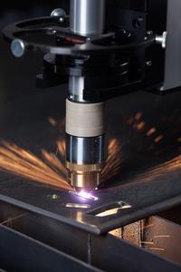Plasmabrenner im Einsatz: Über dieses schnelle und präzise Verfahren können Anwender unlegierte und legierte Stähle bis 50 mm Dicke in hoher Qualität bearbeiten.