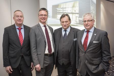 Die Stiebel-Eltron-Geschäftsführer Dr. Nicholas Matten und Dr. Kai Schiefelbein (von links) sowie der Vorsitzende der Geschäftsführung, Rudolf Sonnemann (rechts) und Prof. Dr. Klaus Faulstich CUTEC