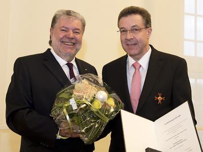 Ministerpräsident Kurt Beck und Professor Dietmar Eifler bei der Urkundenübergabe. Foto: Peter Pulkowski