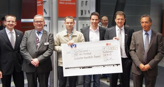 Preisübergabe des mit 5.000 Euro dotierten 1. Platzes an Stefan Arzenheimer und Robert Fritsch vom Team TMS VM10 der MQS Messtechnik AG (2. u. 3. v.l.). Überreicht wurde der Preis von den Jury Mitgliedern Thilo Hoffmann (Ganter 1. v. l.), Michael Kleine (K: Magazin 2. v.l.), Jürgen Heimbach (CADENAS 1 .v. r.) und Mitorganisator Axel Weber (Ganter) (2.v.r)