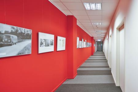 Farbigkeit schafft Orientierung: Das Jedele-Rot führt Besucher durch das Treppenhaus bis in den Verwaltungs- und Seminar-Trakt (Foto: Caparol Farben Lacke Bautenschutz/Martin Duckek)