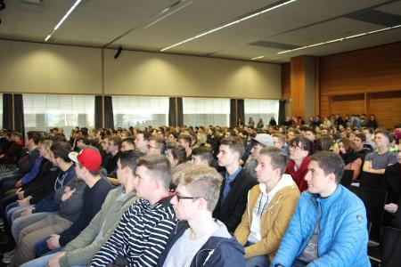 Interessierte Besucher füllten die Aula der Hochschule Aalen am Studieninformationstag (Bild: © Hochschule Aalen/ Bianca Kühnle)