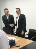 TONG Qiang, General Manager, GreatWall Digital Software (li), und Peter Bollinger, CEO iTAC Software AG, nach Unterzeichnung des Kooperationsvertrages