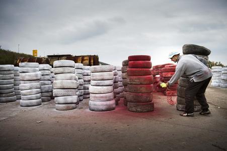 """Die Reifen, die das Testgelände für den jüngsten Live-Test """"Look Who's Driving"""" von Volvo Trucks einrahmen, werden verteilt / VOLVO TRUCKS Image and Film Gallery"""