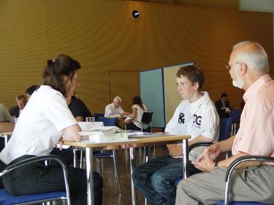 Ausbildungsberater der IHK und Handwerkskammer beraten Schülerinnen und Schüler bei der Berufswahl