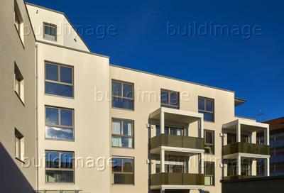 Bei großen Fensterflächen verhindert außenanliegender Sonnenschutz das Aufheizen der Räume. Zusätzlich federt Mauerwerk aus UNIKA Kalksandstein Temperaturspitzen ab. Foto: UNIKA/Sven-Erik Tornow