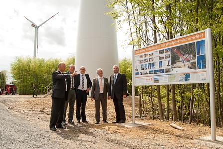 Informationstafeln an den Anlagen des Windparks Klosterkumbd geben Auskunft über die Windkraft im Allgemeinen und den Hunsrücker Park im Besonderen.