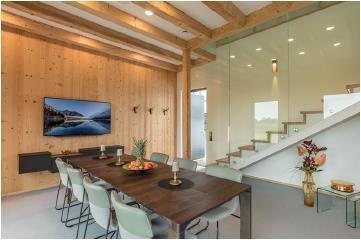 Der Wohnraum kann mittels individuell programmierter Szenen je nach Bedarf mit einem Kopfdruck angepasst werden: Ob für Gästeempfang, Familienessen, Fernsehen oder eine Besprechung - der Nutzer entscheidet, was für ihn wichtig und sinnvoll ist / Bild: Connected Comfort