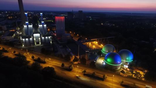 Das Licht gliedert die Anlage so, dass die Geometrie der Anlagenteile, insbesondere der Kesselblöcke, erkennbar wird
