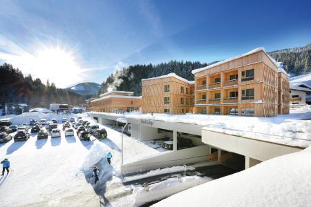 Mitten im Skigebiet Wilder Kaiser- Brixental steht die Ende 2018 eröffnete Tirol Lodge. Wintersportbegeisterte profitieren hier von der unmittelbaren Anbindung an die Talstation der Gondelbahn.