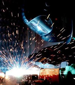 Die beim Schweißen entstehenden Metallspritzer können bis zu 1600°C Grad heiß sein und so die Fasern der Schweißer-Schutzkleidung schädigen © wikipedia.org (Autor: William M. Plate Jr.)