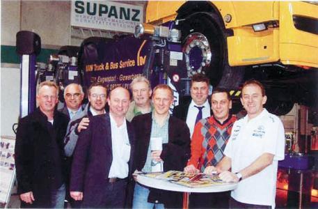 Vertreter von MAN sowie Truckrace-Champ Egon Allgäuer (rechts)