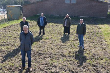 Mitglieder des Schützenvereins Fleestedt freuen sich über die Saatgutspende von ElbEnergie.